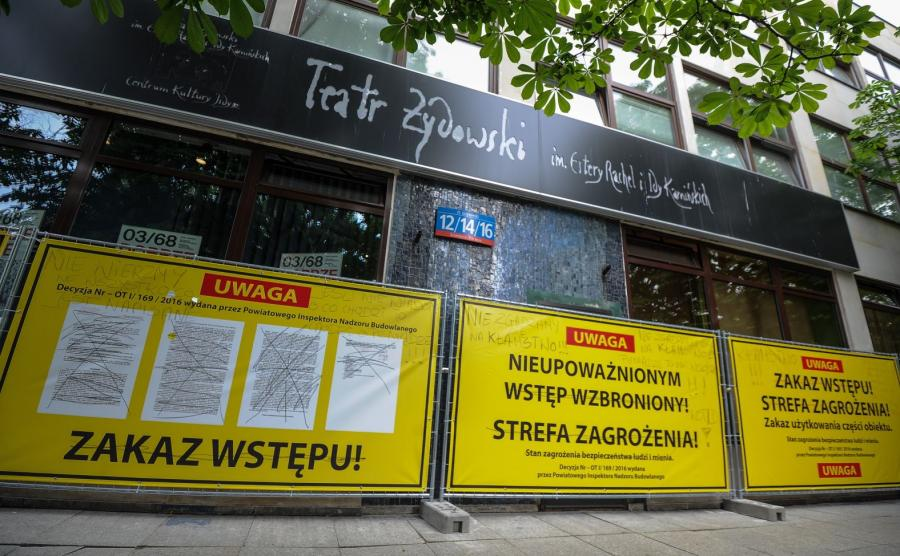 Tablice ostrzegawcze rozstawione wokół wejścia do Teatru Żydowskiego