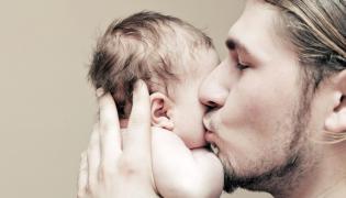 Mężczyzna z niemowlakiem