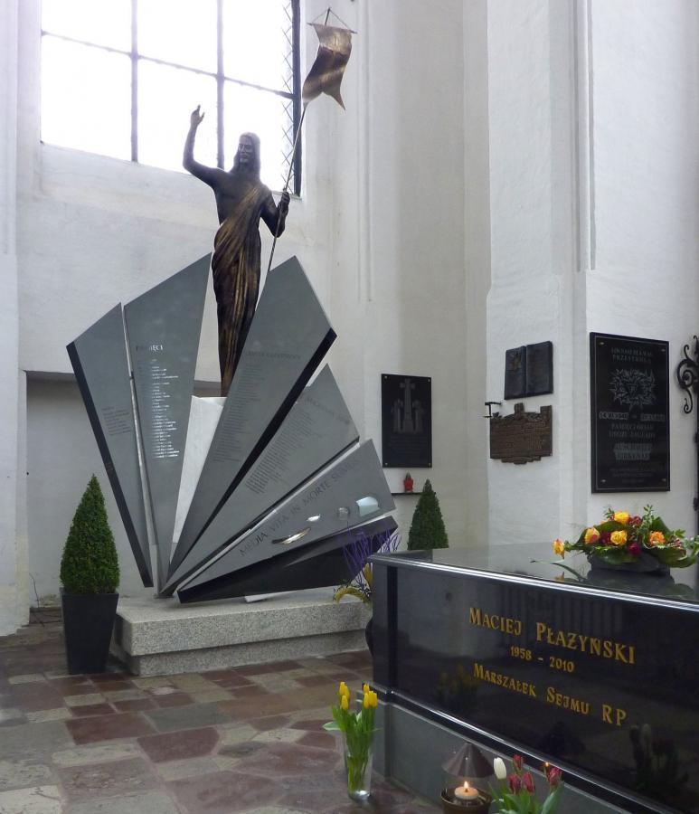 Pomnik ofiar katastrofy samolotu rządowego pod Smoleńskiem w Bazylice Mariackiej w Gdańsku (Fot. Stanislaw Kosiedowski, graph. correction Szczebrzeszynski)