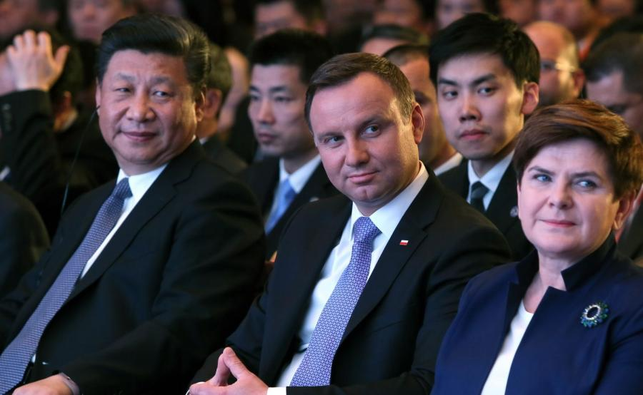 Prezydent Andrzej Duda (C), premier Beata Szydło (P) i przewodniczący Chińskiej Republiki Ludowej Xi Jinping (L), podczas otwarcia Międzynarodowego Forum Nowego Jedwabnego Szlaku