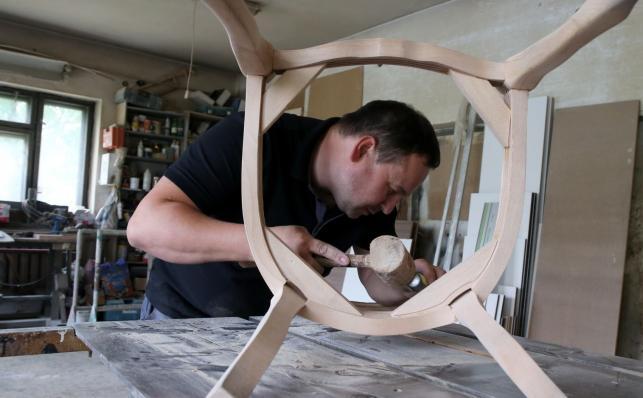 W warsztacie stolarskim Krzysztofa Gaury powstają meble, które będą stanowić wyposażenie apartamentu papieskiego podczas Światowych Dni Młodzieży