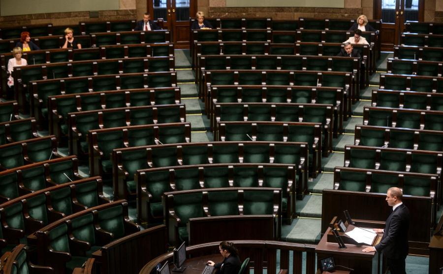 Wiceszef MON Tomasz Szatkowski przemawia do niemal zupełnie pustej sali posiedzeń