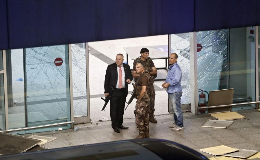 Służby bezpieczeństwa na lotnisku Stambule