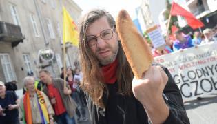 """Demonstracja pod hasłem """"Pieniądze dla głodnych, nie na czołgi"""", zorganizowana przez Inicjatywę Stop wojnie przy skwerze Wolnego Słowa w Warszawie"""
