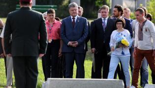 Prezydent Ukrainy Petro Poroszenko (C), w towarzystwie m.in. ukraińskiej lotniczki i deputowanej Nadiji Sawczenko (C-L) oraz radcy-ministra w ambasadzie Ukrainy w Polsce Vasyla Zvarycha (C-P), złożył kwiaty przed Pomnikiem Rzezi Wołyńskiej