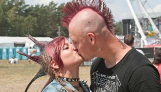 A miłość jest wszędzie i nie przeszkadzają jej nawet postawione na czub (i cukier?) włosy / fot. Lech Majewski