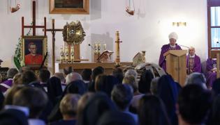 Mszę św. przy trumnie z ciałem kard. Franciszka Macharskiego odprawiono, wieczorem w kościele ss. Albertynek w Krakowie