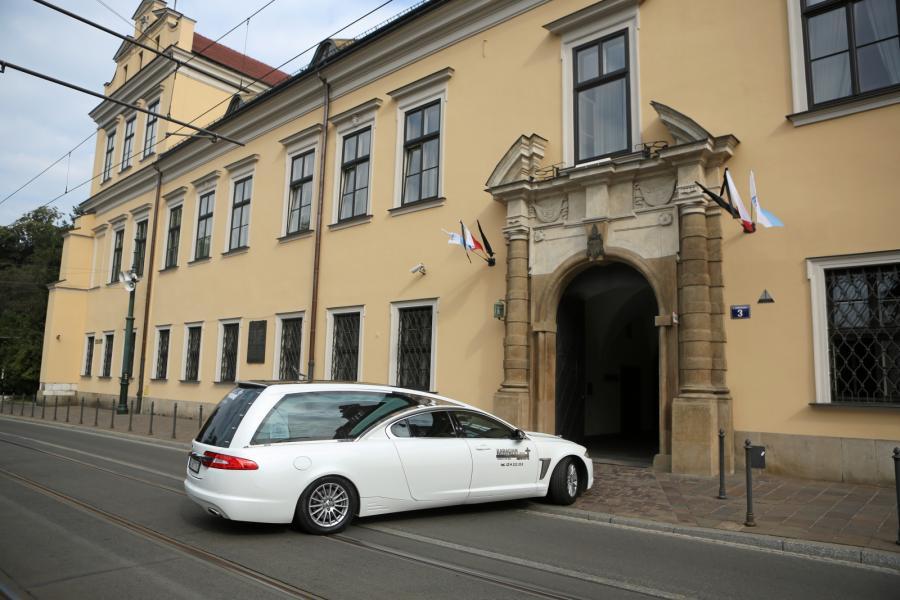 Karawan z trumną z ciałem kard. Franciszka Macharskiego wjeżdża do kaplicy Pałacu Arcybiskupów Krakowskich przy ul. Franciszkańskiej