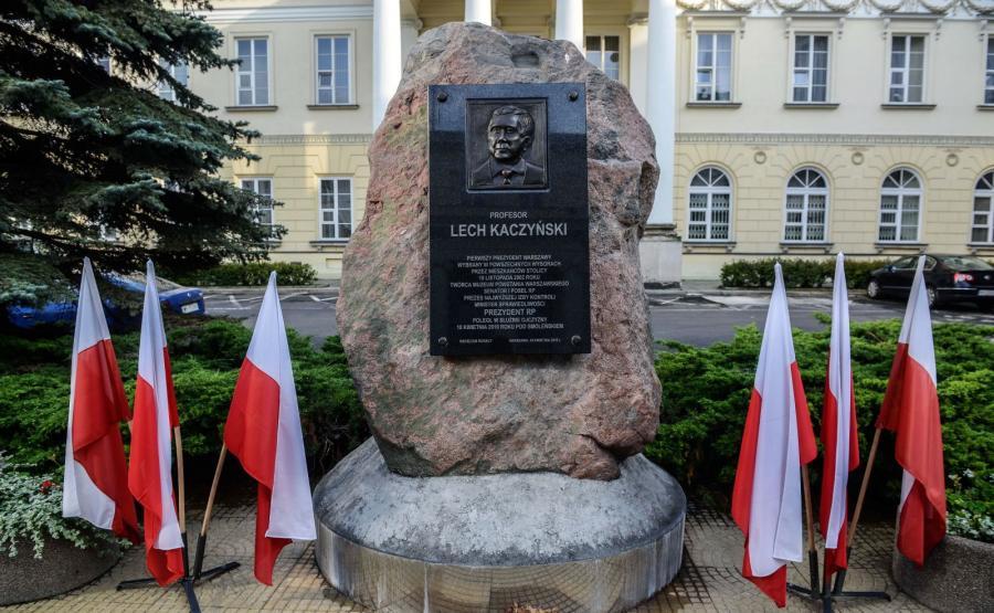Obelisk z tablicą pamięci śp. Lecha Kaczyńskiego na dziedzińcu Mazowieckiego Urzędu Wojewódzkiego przy pl. Bankowym w Warszawie