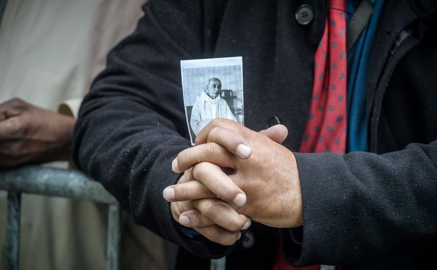 Zamordowany ksiądz Jacques Hamel na zdjęciu trzymanym przez mężczyznę w czasie nabożeństwa pogrzebowego w katedrze w Rouen