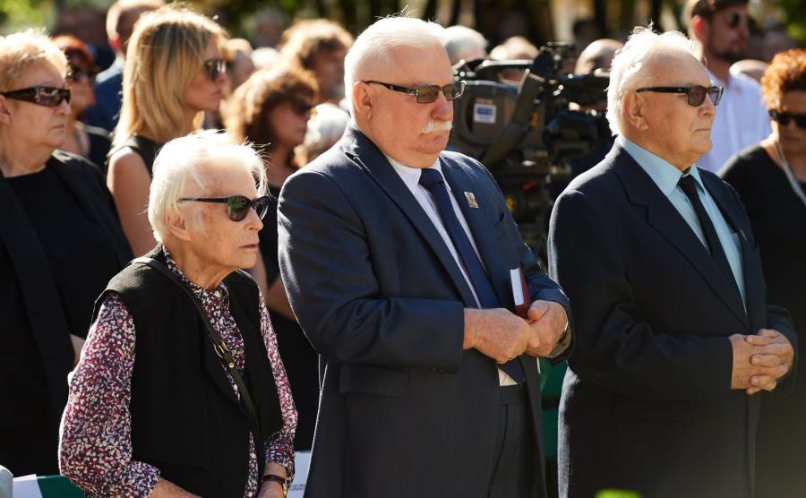 Były prezydent RP Lech Wałęsa (C) w towarzystwie swojej byłej lekarki Joanny Penson