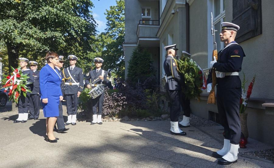 Premier Beata Szydło składa kwiaty przed tablicą upamiętniającą Lecha Kaczyńskiego