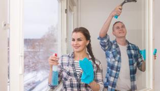 Para myje razem okna