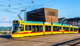 Tramwaj Tango firmy Stadler na ulicach szwajcarskiej Bazylei