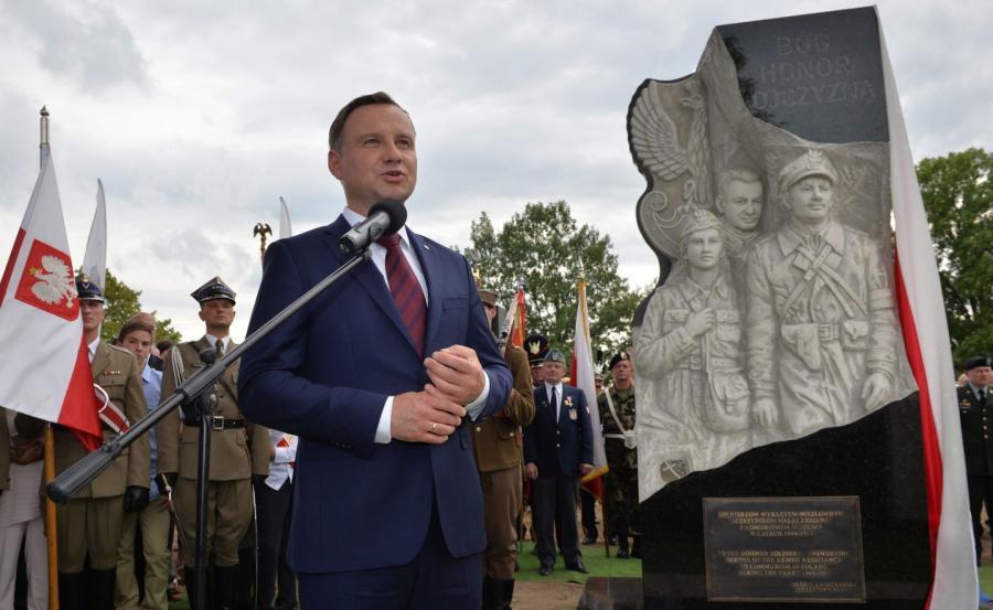 Prezydent RP Andrzej Duda przemawia podczas odsłonięcia pomnika upamiętniającego Żołnierzy Wyklętych na cmentarzu na terenie Narodowego Sanktuarium Matki Bożej Częstochowskiej w Doylestown