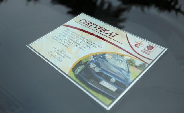 """Certyfikat poświadczający, że """"pierwszym właścicielem"""" golfa był papież Franciszek"""