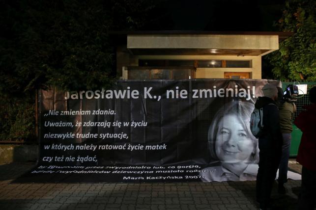 Banner z wizerunkiem Marii Kaczyńskiej na ogrodzeniu domu Jarosława Kaczyńskiego