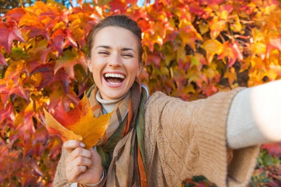 Szczęśliwa kobieta na jesiennym spacerze