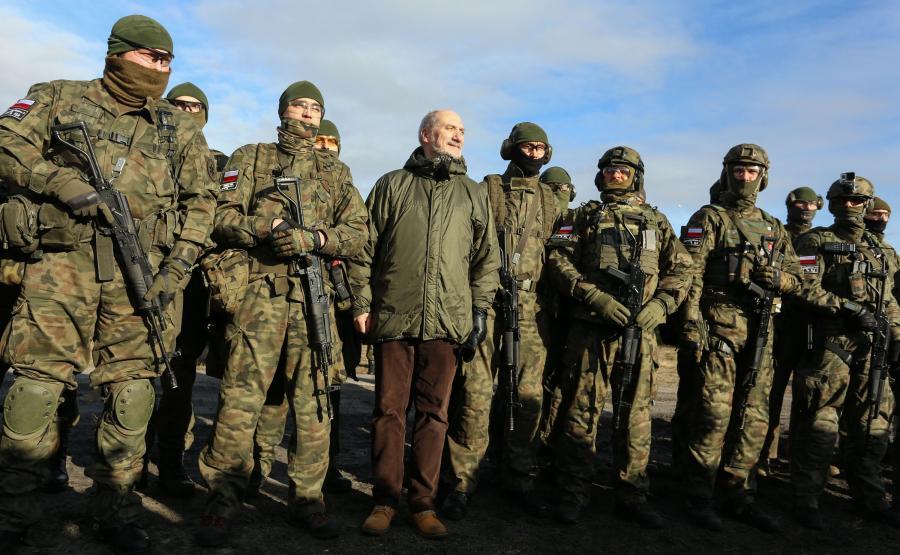 Antoni Macierewicz na poligonie, na ćwiczeniach organizacji paramilitarnych i proobronnych