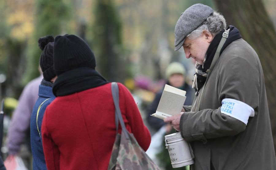 Prezes TK Andrzej Rzepliński kwestujący na warszawskich Powązkach