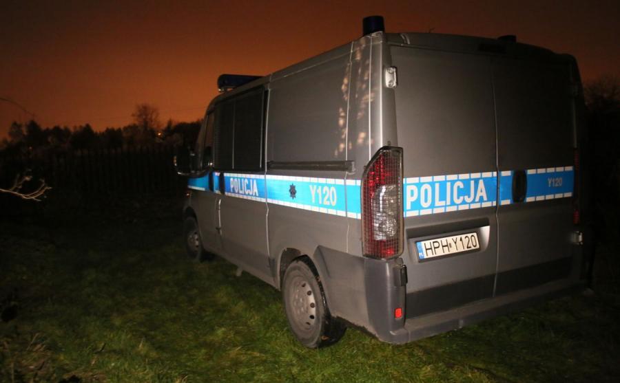 Policja na terenie ogródków działkowych w Radomiu, gdzie znaleziono zwłoki młodej kobiety