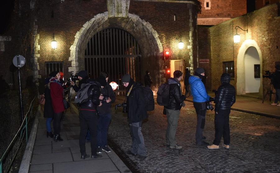 Dziennikarze zgromadzeni przed wjazdem na Wawel