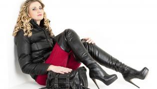 Kobieta w kozakach za kolano