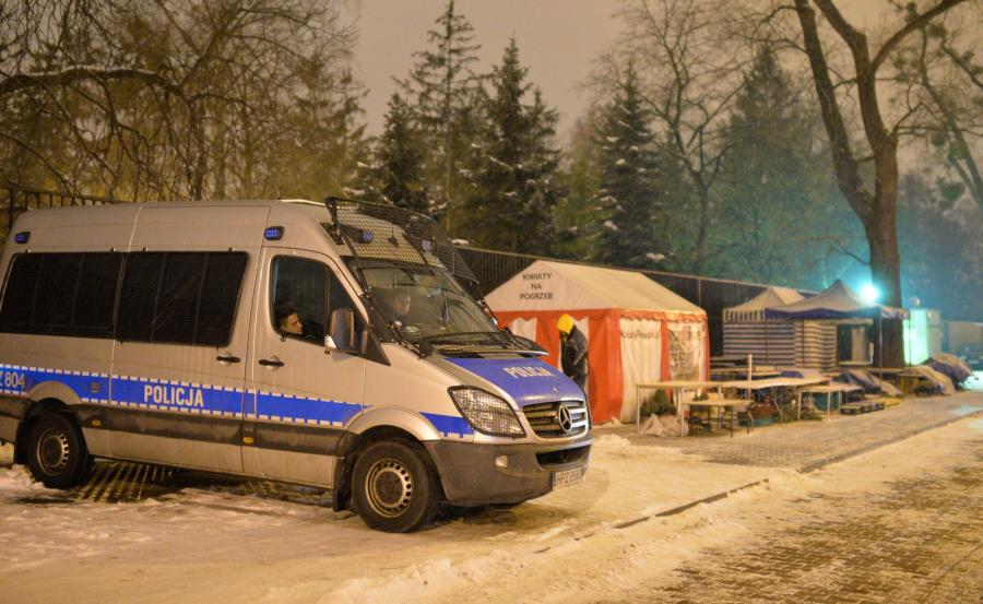 Policja przed Cmentarzem Wojskowym na Powązkach w Warszawie