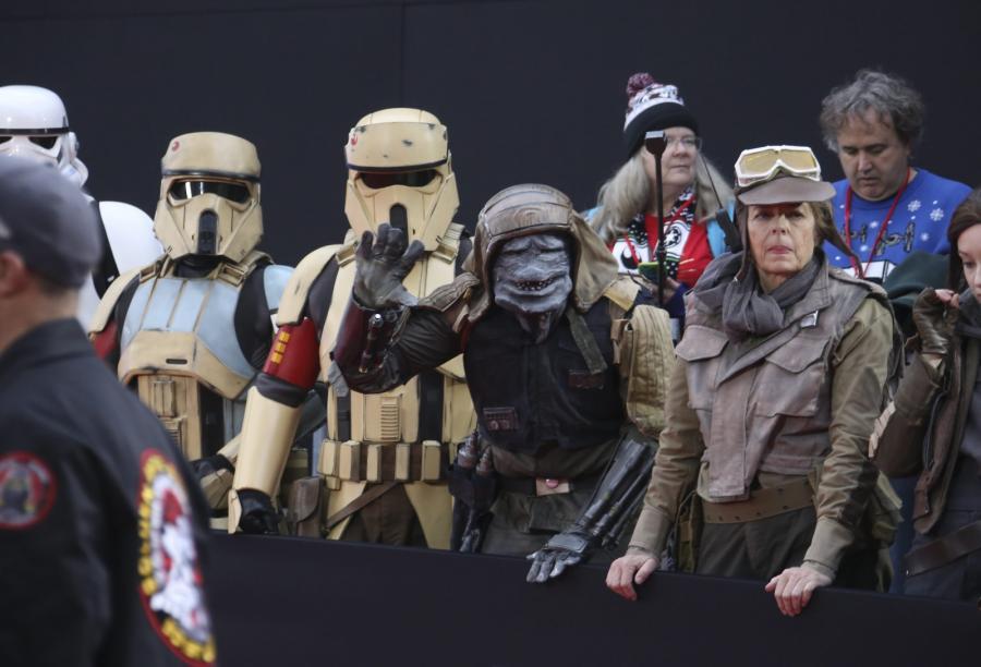 """Fani oczekujący na premierę filmu """"Łotr 1. Gwiezdne wojny"""" w Hollywood, 10 grudnia 2016"""