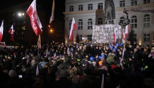 Manifestacja PiS z okazji 35. rocznicy ogłoszenia stanu wojennego