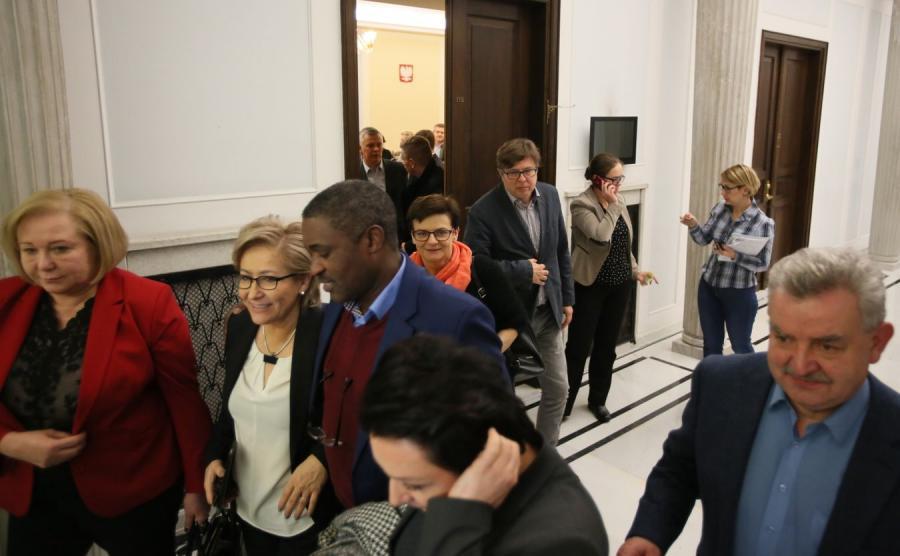 Politycy opuszczają salę po posiedzeniu klubu PO