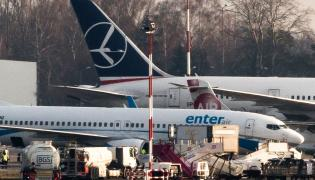 Samolot linii Enter Air na lotnisku w Warszawie