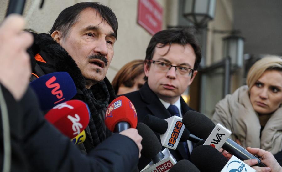 Pełnomocnik protestujących mec. Jarosław Kaczyński (C) i działacz Nowoczesnej Mariusz Malinowski (L)