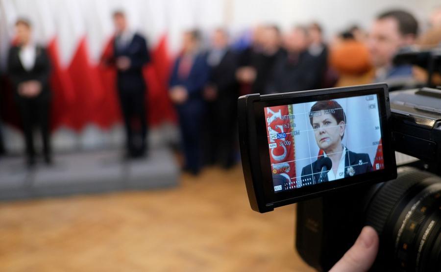 Premier Beata Szydło (widziana na wyświetlaczu aparatu fotograficznego) podczas wizyty w Urzędzie Gminy w Żurawicy