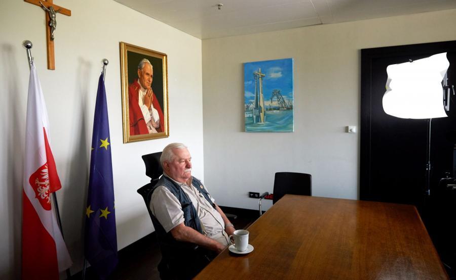 Na zdjęciu archiwalnym z dnia 15.06.2016 r. były prezydent RP Lech Wałęsa podczas rozpoczynającego się live streamingu przeprowadzanego przez portale społecznościowe