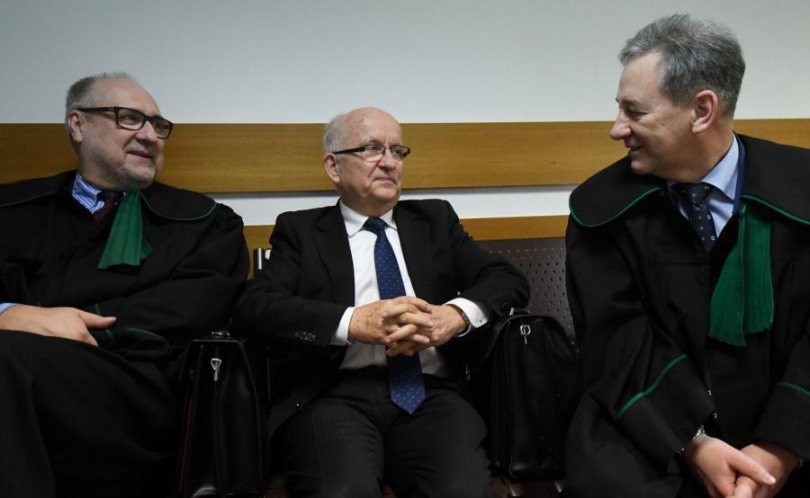 Emil Wąsacz (C) oraz jego obrońcy - mec. Dariusz Cyran (P) i mec. Grzegorz Długi (L) na korytarzu sądowym