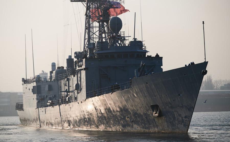 Fregata rakietowa ORP Gen. T. Kościuszko wychodzi z portu wojennego w Gdyni