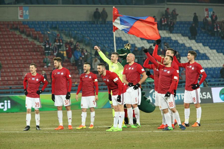 Zawodnicy Wisły Kraków cieszą się z pokonania 2:0 Korony Kielce