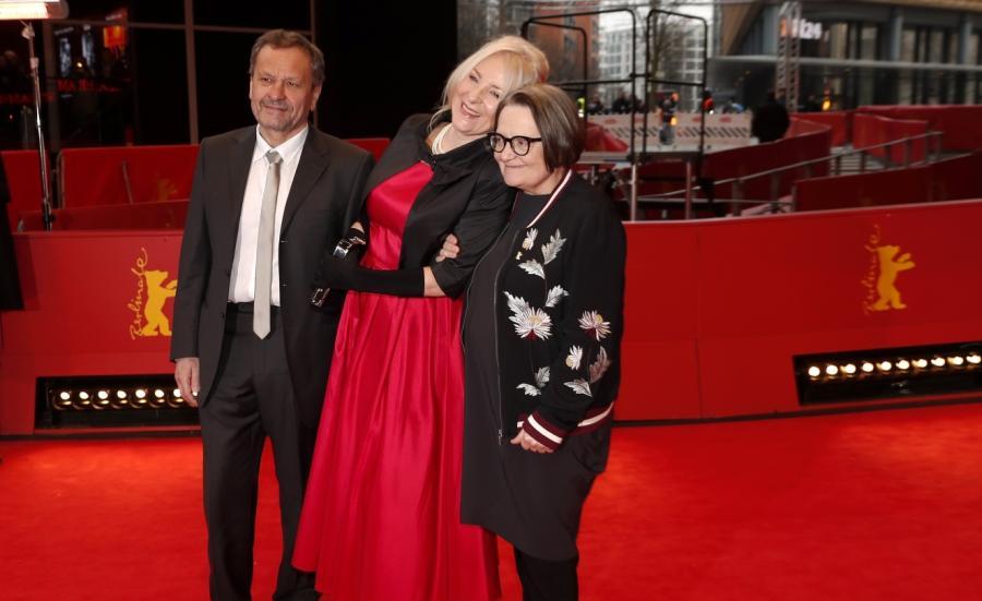 Agnieszka Holland, Miroslav Krobot oraz Agnieszka Mandat na czerwonym dywanie festiwalu filmowego w Berlinie