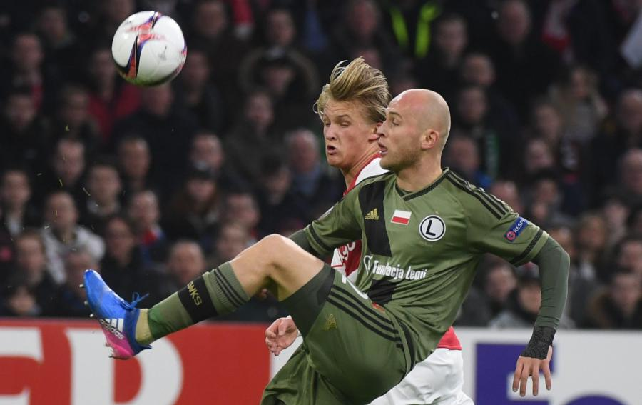 Zawodnik Legii Warszawa Michał Pazdan (P) i Kasper Dolberg z Ajaxu Amsterdam