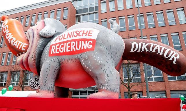 Parady w Niemczech: Polski rząd jako pies z napisem \