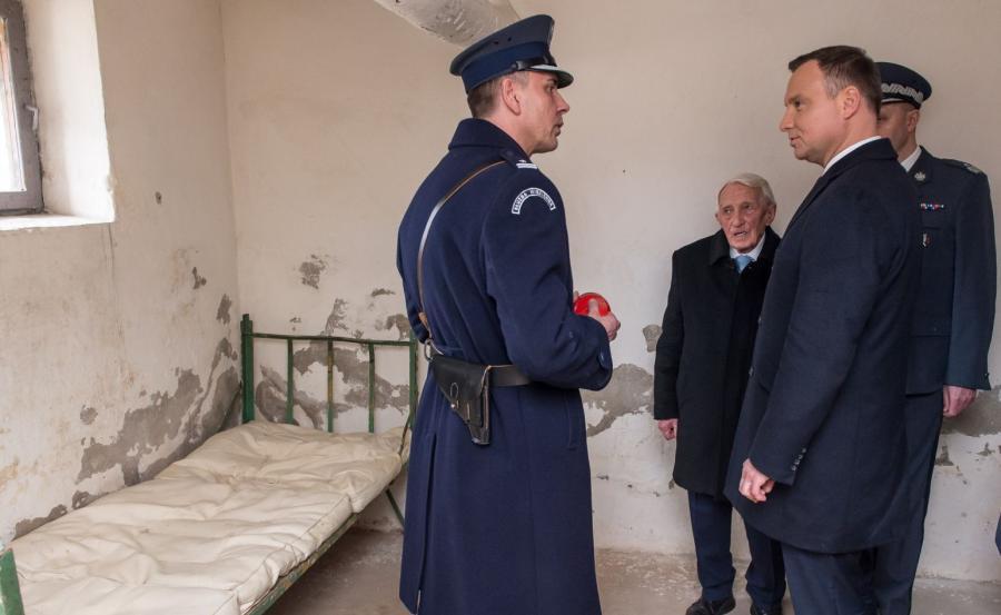 Prezydent zwiedza oddział zakładu karnego, gdzie przebywali Żołnierze Wyklęci