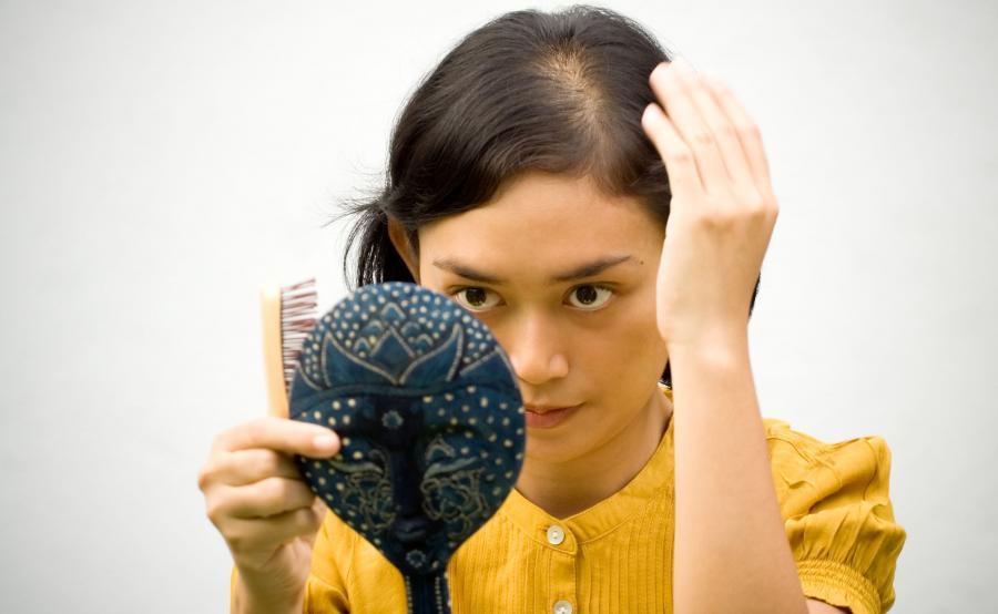 Kobieta traci włosy