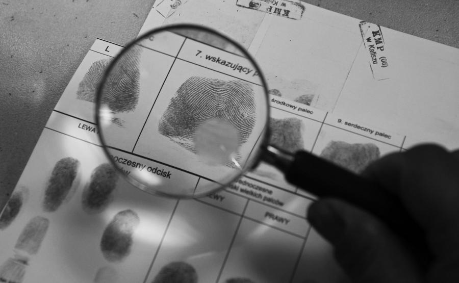 Mimo zaawansowanych systemów do identyfikacji wciąż podstawowymi narzędziami biegłego w laboratorium daktyloskopijnym są lupa i mikroskop
