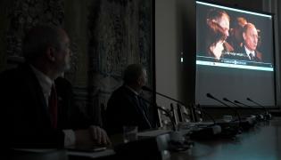 Antoni Macierewicz i prezentacja nagrania ze spotkania Donalda Tuska i Władimira Putina 10 kwietnia 2010 r. w Smoleńsku